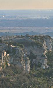 Vue des Baux de Provence : les zones de végétation varient suivant l'exposition et la pente